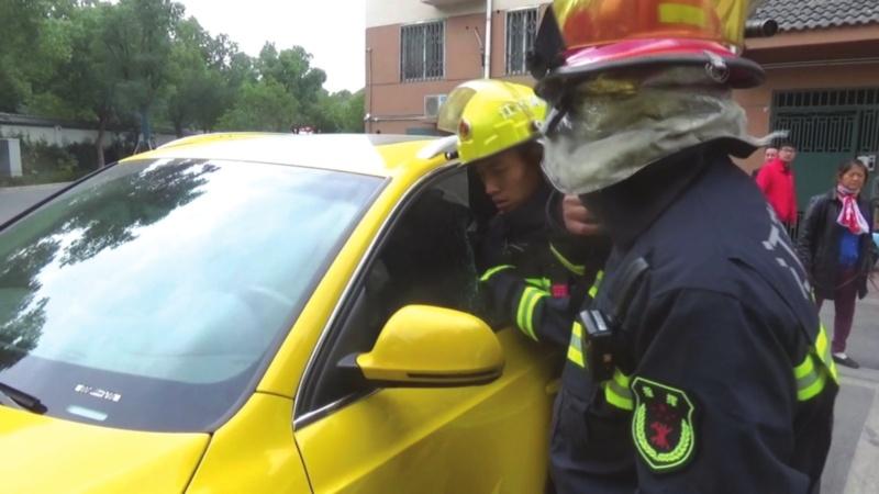 小女孩玩車鑰匙把自己鎖在車中 媽媽急煞,消防隊員幫忙破窗